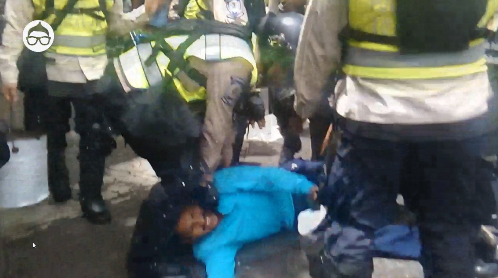 Momento en el que se llevan detenido a uno de los manifestantes en la Av. Libertador de Caracas