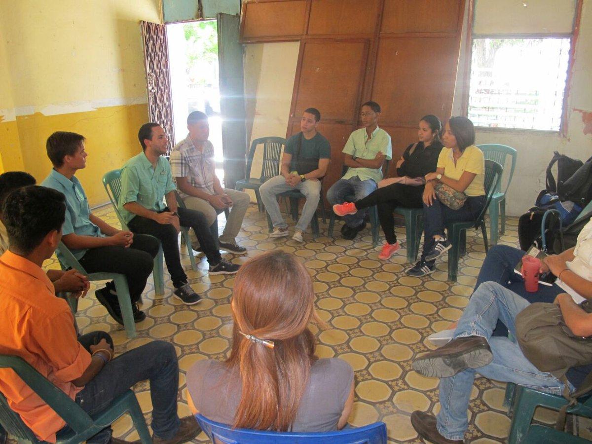 FOTO 1_Hasler Iglesias en reunión con estudiantes del estado Sucre