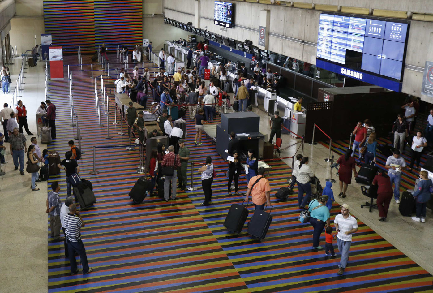 Passengers walk at the Simon Bolivar airport in La Guaira, outside Caracas September 23, 2013.  Picture taken on September 23, 2013. REUTERS/Carlos Garcia Rawlins (VENEZUELA - Tags: TRANSPORT POLITICS BUSINESS)