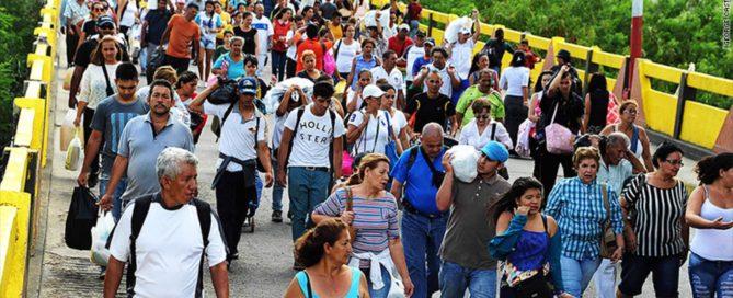 Venezolanos regresan a su país tras realizar compras de productos básicos en Colombia. | Foto: CNN
