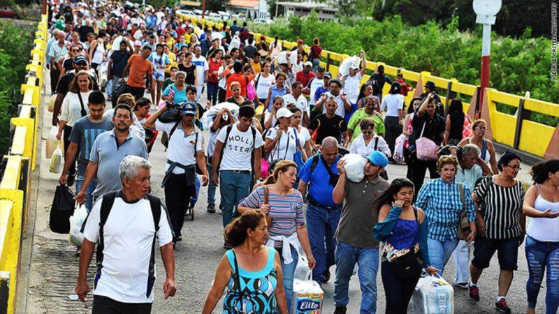 Venezolanos regresan a su país tras realizar compras de productos básicos en Colombia.   Foto: CNN