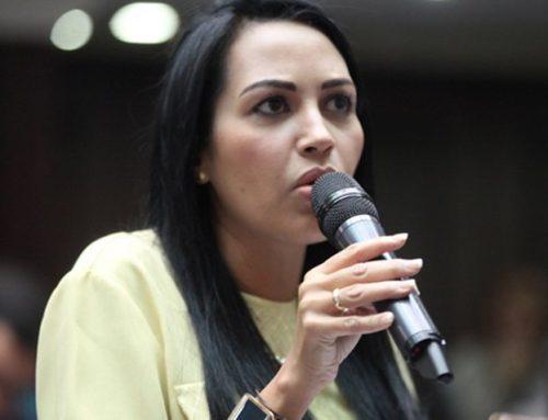 Oficialistas agredieron a Delsa Solorzano cuando ingresaba a la sede de la AN