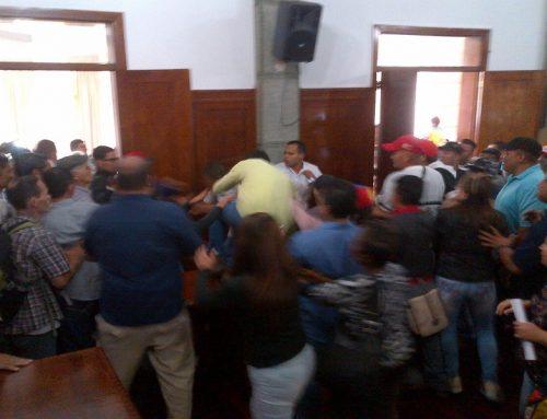 Concejales fueron agredidos por oficialistas que irrumpieron en el Concejo Municipal de Mérida