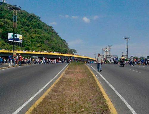 Policías dispersan a manifestantes con perdigones en el distribuidor San Blas en Valencia