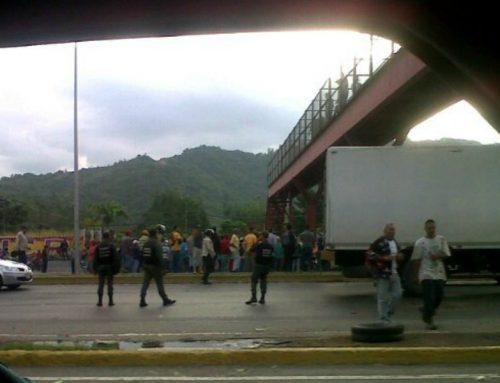 Trabajadores del INH protestaron en la autopista Valle-Coche por mejoras económicas