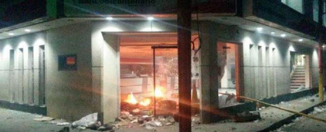 quemaron-la-oficina-del-banco-bicentenario-de-guasdualito-750x400